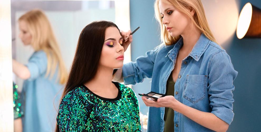 «Золотая Кисть»: мастер-класс понанесению макияжа, экспресс-курс «Разбор косметички»