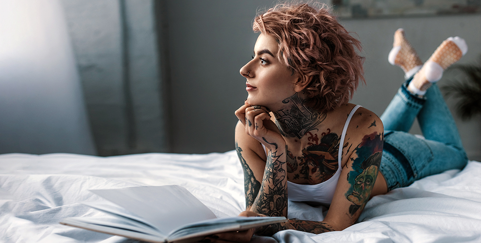 Нанесение черно-белой ицветной татуировки встудии «Хорошие ребята»