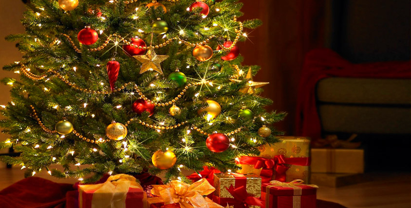"""Искусственная новогодняя ёлка со снежком и шишками от интернет-магазина """"МагазинЁлок"""""""