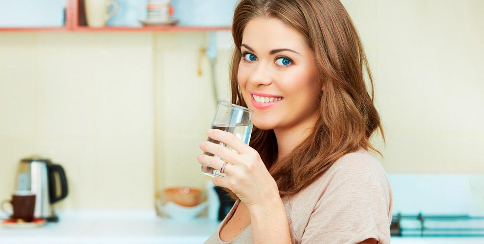 Питьевая вода в бутылях и механическая помпа от компании «ТЕЯ»