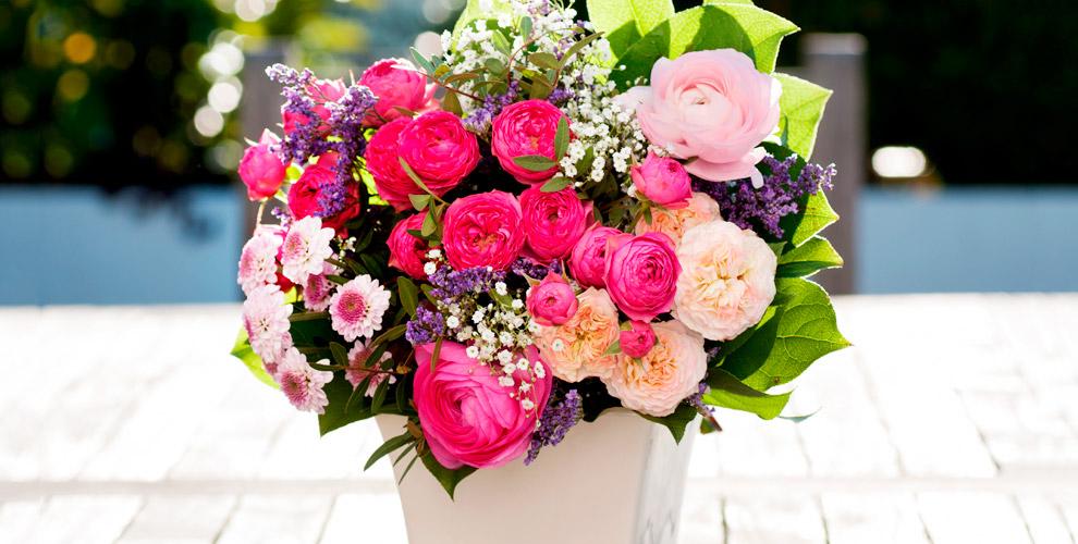 """Розы, ирисы, тюльпаны, альстромерии и букеты в ассортименте от салона """"Камелия"""""""